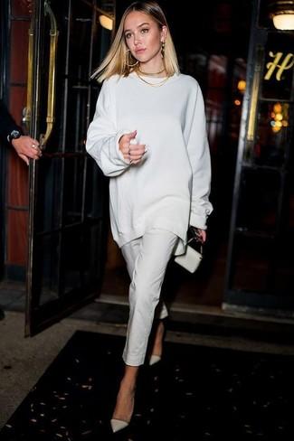 Cómo combinar: cartera sobre de cuero blanca, zapatos de tacón de cuero blancos, pantalones pitillo blancos, jersey oversized blanco