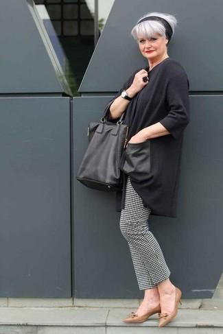 Cómo combinar: bolsa tote de cuero negra, zapatos de tacón de cuero marrónes, pantalones pitillo de pata de gallo en negro y blanco, túnica en gris oscuro