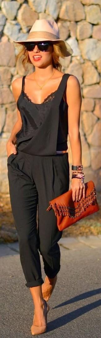 Cómo combinar: cartera sobre de cuero en tabaco, zapatos de tacón de cuero marrón claro, peto negro, camiseta sin manga de encaje negra
