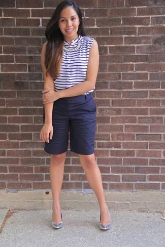 Cómo combinar: collar transparente, zapatos de tacón de cuero plateados, bermudas azul marino, blusa sin mangas de rayas horizontales en blanco y azul marino