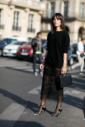 Cómo combinar: cartera de cuero negra, zapatos de tacón de cuero plateados, falda midi de encaje negra, jersey con cuello circular negro