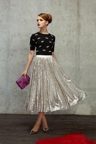 Cómo combinar: cartera sobre de cuero morado, zapatos de tacón de cuero plateados, falda midi de lentejuelas plisada plateada, jersey con cuello circular bordado en negro y blanco