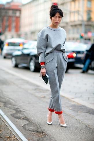 Cómo combinar: reloj de cuero gris, zapatos de tacón de cuero plateados, pantalón de vestir de lana gris, sudadera gris