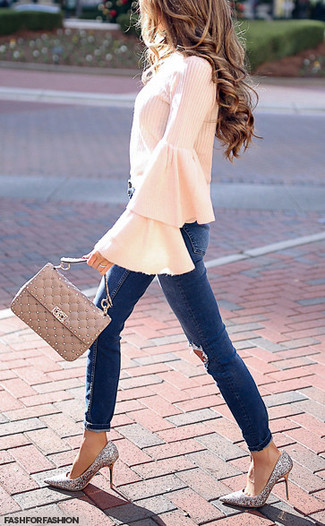 Cómo combinar: bolso de hombre de cuero acolchado en beige, zapatos de tacón de lentejuelas plateados, vaqueros pitillo desgastados azul marino, blusa de manga larga con volante rosada