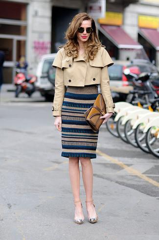 Cómo combinar: cartera sobre de ante en tabaco, zapatos de tacón de cuero plateados, vestido ajustado de rayas horizontales gris, chaquetón marrón claro