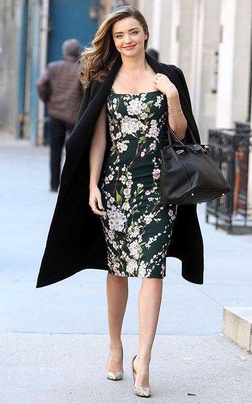 Combinar un vestido negro con flores