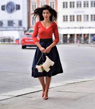 Cómo combinar: bolso bandolera de paja blanco, zapatos de tacón de cuero rojos, falda campana azul marino, jersey de pico rojo