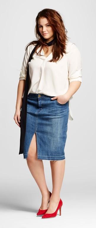 Combinar unos zapatos de tacón de ante rojos: Utiliza una blusa de manga larga de seda blanca y una falda lápiz vaquera azul para las 8 horas. Zapatos de tacón de ante rojos son una opción práctica para completar este atuendo.