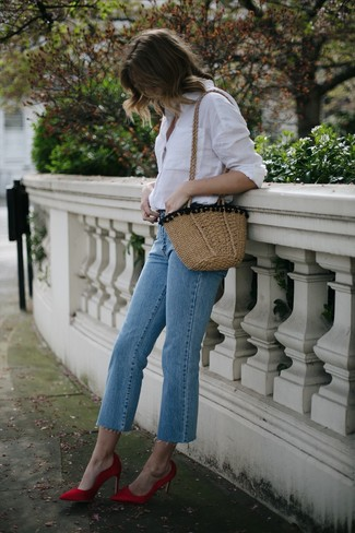 Cómo combinar: bolso bandolera de paja marrón claro, zapatos de tacón de satén rojos, vaqueros celestes, camisa de vestir blanca