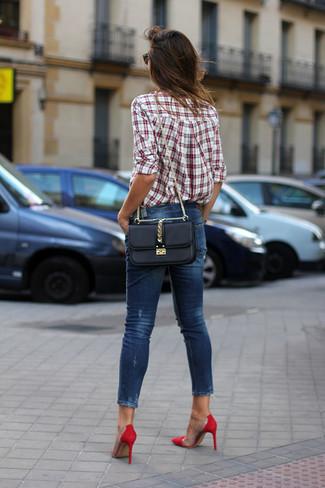 Cómo combinar: bolso bandolera de cuero negro, zapatos de tacón de ante rojos, vaqueros pitillo azul marino, camisa de vestir de tartán en blanco y rojo