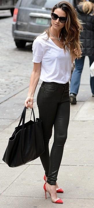 Cómo combinar: bolsa tote negra, zapatos de tacón rojos, vaqueros pitillo de cuero negros, camiseta con cuello circular blanca