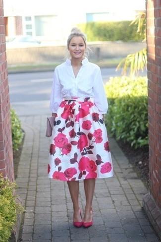 Cómo combinar: cartera sobre de cuero rosada, zapatos de tacón de cuero rosa, falda campana con print de flores en blanco y rosa, camisa de vestir blanca