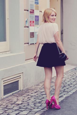 Combinar una falda skater negra: Casa una blusa de manga corta en beige junto a una falda skater negra para una apariencia fácil de vestir para todos los días. Zapatos de tacón de satén rosa son una opción inigualable para complementar tu atuendo.