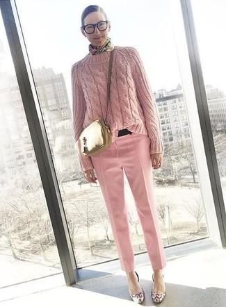 Cómo combinar: bolso bandolera de cuero dorado, zapatos de tacón de cuero rosados, pantalón de vestir rosado, jersey de ochos rosado