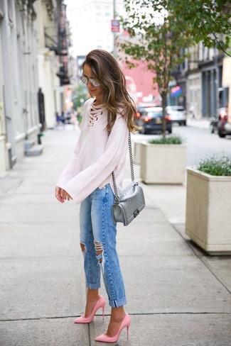 Cómo combinar: bolso bandolera de cuero acolchado plateado, zapatos de tacón de cuero rosados, vaqueros boyfriend desgastados azules, jersey oversized de punto blanco