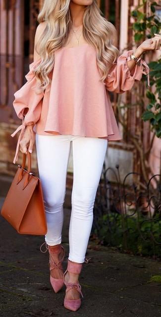 Cómo combinar: bolsa tote de cuero en tabaco, zapatos de tacón de ante rosados, vaqueros pitillo blancos, top con hombros descubiertos rosado