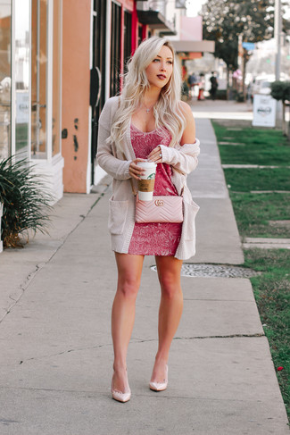 Combinar un bolso bandolera de cuero acolchado: Para un atuendo tan cómodo como tu sillón elige un cárdigan abierto de punto en beige y un bolso bandolera de cuero acolchado. Zapatos de tacón de cuero rosados son una opción estupenda para completar este atuendo.
