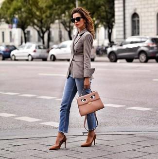 Cómo combinar: bolso de hombre de cuero marrón claro, zapatos de tacón de ante marrónes, vaqueros azules, blazer cruzado de lana marrón
