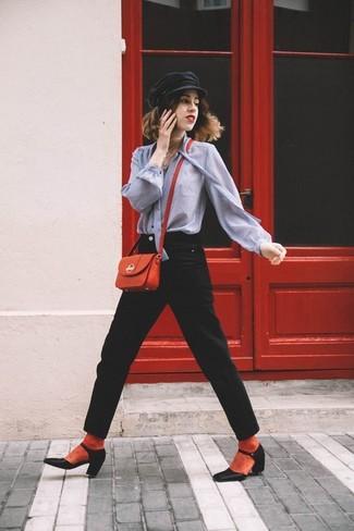 Cómo combinar: bolso bandolera de cuero rojo, zapatos de tacón de cuero negros, vaqueros negros, blusa de botones gris