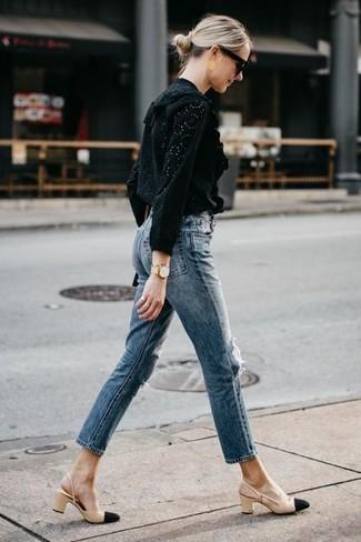 Combinar un reloj dorado: Intenta ponerse una blusa de manga larga con ojete negra y un reloj dorado transmitirán una vibra libre y relajada. Zapatos de tacón de cuero en negro y marrón claro son una opción atractiva para completar este atuendo.