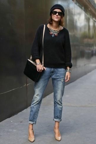Cómo combinar: bolso bandolera de ante negro, zapatos de tacón de cuero marrón claro, vaqueros boyfriend azules, jersey con cuello circular negro