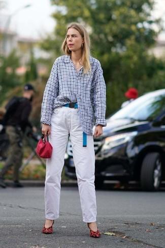 Cómo combinar: cartera sobre roja, zapatos de tacón de ante de leopardo rojos, vaqueros blancos, camisa de vestir de cuadro vichy celeste