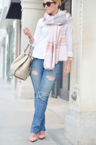 Cómo combinar: bolsa tote de cuero en beige, zapatos de tacón de ante rosados, vaqueros desgastados azules, camisa de vestir blanca