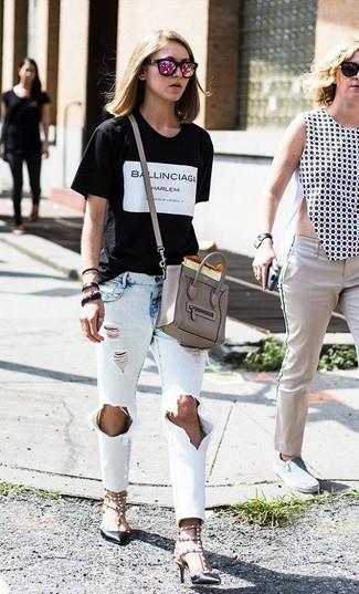 Cómo combinar: bolso bandolera de cuero gris, zapatos de tacón de cuero con tachuelas negros, vaqueros desgastados celestes, camiseta con cuello circular estampada en negro y blanco
