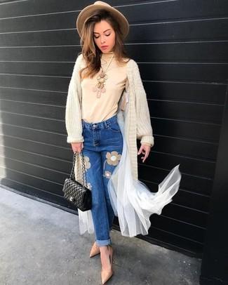 Cómo combinar: bolso bandolera de cuero acolchado negro, zapatos de tacón de cuero en beige, vaqueros bordados azules, cárdigan largo en beige