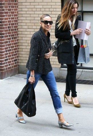 Cómo combinar: bolsa tote de cuero negra, zapatos de tacón de lentejuelas plateados, vaqueros azules, chaqueta de tweed negra