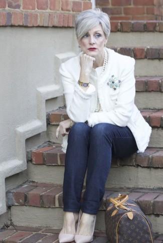 Cómo combinar: bolso deportivo de cuero estampado en marrón oscuro, zapatos de tacón de cuero rosados, vaqueros azul marino, chaqueta de tweed blanca