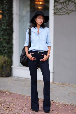 Cómo combinar: mochila de cuero negra, zapatos de tacón de ante gruesos negros, vaqueros de campana negros, camisa vaquera celeste