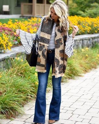 Cómo combinar: bolsa tote de cuero negra, zapatos de tacón de ante de leopardo marrón claro, vaqueros de campana azules, jersey con cuello circular de rayas horizontales en blanco y negro