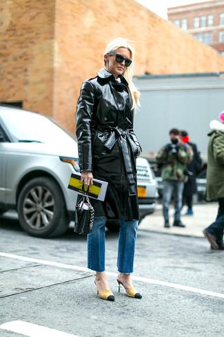 Cómo combinar: cartera de cuero negra, zapatos de tacón de ante amarillos, vaqueros azules, gabardina de cuero negra