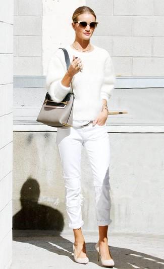 Cómo combinar: bolso bandolera de cuero gris, zapatos de tacón de ante en beige, vaqueros blancos, jersey con cuello circular de angora blanco