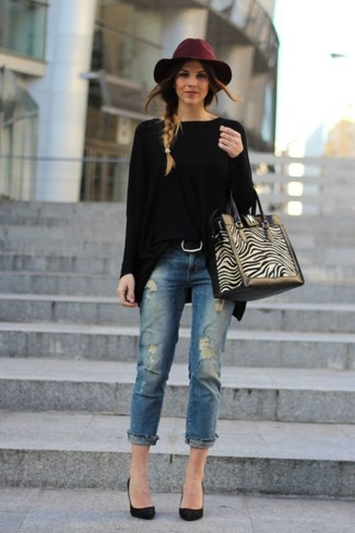 Cómo combinar: bolsa tote de ante en beige, zapatos de tacón de ante negros, vaqueros desgastados azules, jersey oversized negro