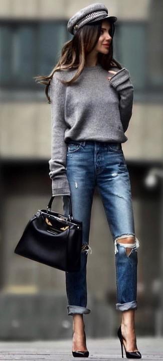 Cómo combinar: bolsa tote de cuero negra, zapatos de tacón de cuero negros, vaqueros desgastados azul marino, jersey oversized gris