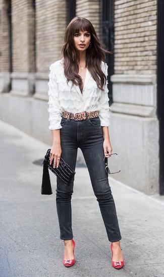 Cómo combinar: cartera sobre de cuero negra, zapatos de tacón de satén con adornos rojos, vaqueros pitillo negros, blusa de botones de encaje blanca