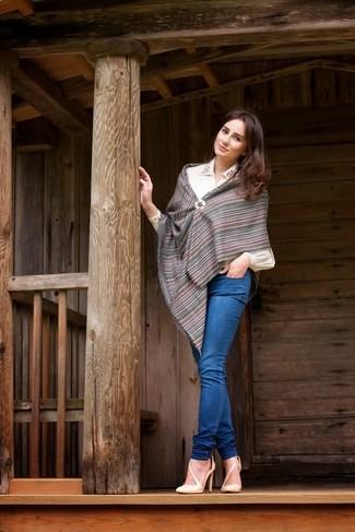 Cómo combinar: bufanda de rayas verticales en gris oscuro, zapatos de tacón de cuero en beige, vaqueros pitillo azules, blusa de botones bordada blanca