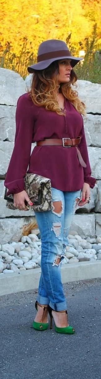 Cómo combinar: cartera sobre de cuero con print de serpiente gris, zapatos de tacón de ante con recorte verdes, vaqueros pitillo desgastados azules, blusa de manga larga morado