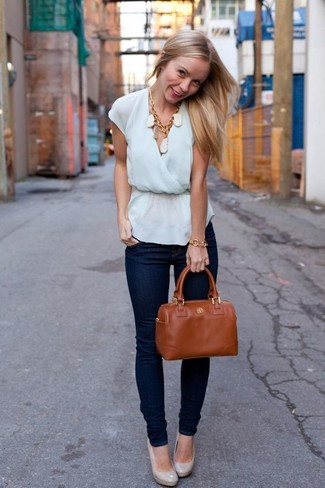 Cómo combinar: bolsa tote de cuero en tabaco, zapatos de tacón de cuero grises, vaqueros pitillo azul marino, blusa sin mangas celeste