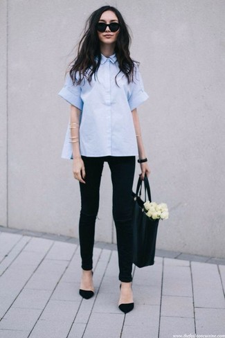 Cómo combinar: bolsa tote de cuero negra, zapatos de tacón de ante negros, vaqueros pitillo desgastados negros, camisa de manga corta celeste