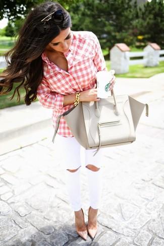 Cómo combinar: bolso de hombre de cuero gris, zapatos de tacón de cuero en beige, vaqueros pitillo blancos, camisa de vestir de cuadro vichy en rojo y blanco