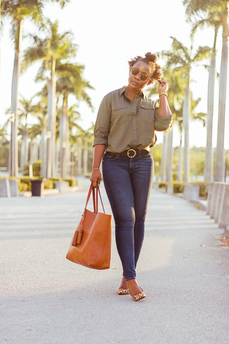 Cómo combinar: bolsa tote de cuero naranja, zapatos de tacón de cuero de leopardo marrón claro, vaqueros pitillo azul marino, camisa de vestir verde oliva