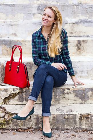 Cómo combinar: bolso de hombre de cuero rojo, zapatos de tacón de ante en verde azulado, vaqueros pitillo azul marino, camisa de vestir de tartán en verde azulado