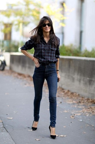 Cómo combinar: gafas de sol negras, zapatos de tacón de ante negros, vaqueros pitillo azul marino, camisa de vestir de tartán burdeos