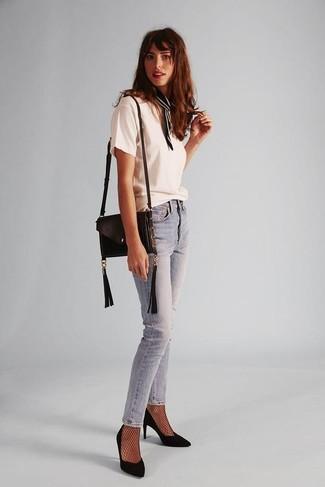 Cómo combinar: bolso bandolera de cuero negro, zapatos de tacón de ante negros, vaqueros pitillo celestes, camiseta con cuello circular blanca