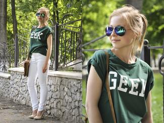 Cómo combinar: bolso bandolera de cuero verde oliva, zapatos de tacón de cuero en beige, vaqueros pitillo blancos, camiseta con cuello circular estampada verde oscuro