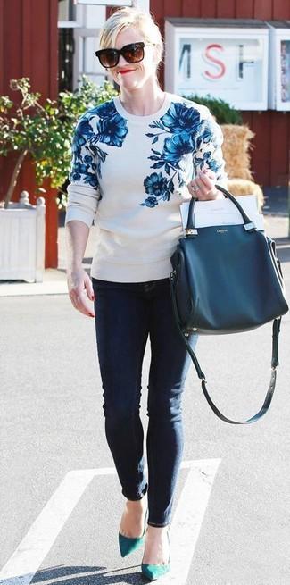 Cómo combinar: bolsa tote de cuero azul marino, zapatos de tacón de ante en verde azulado, vaqueros pitillo azul marino, jersey con cuello circular con print de flores en blanco y azul