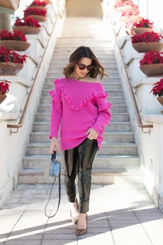 Cómo combinar: bolso bandolera azul, zapatos de tacón de ante de leopardo marrón claro, vaqueros pitillo de cuero negros, jersey con cuello circular rosa